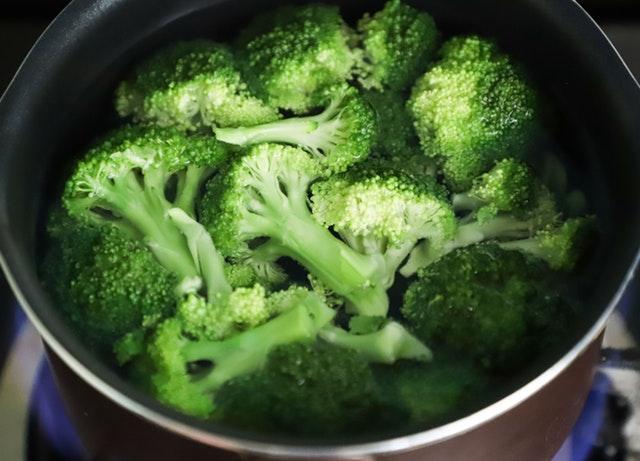 Uvarená brokolica v hrnci
