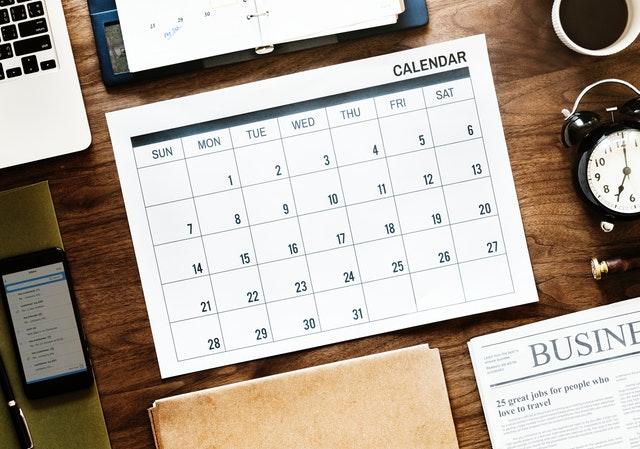 Malý kalendár položený na pracovnom stole