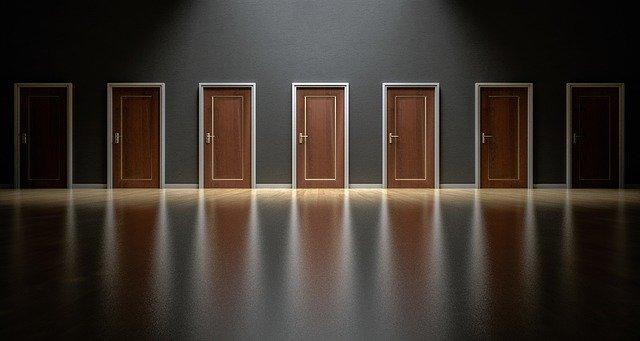 Veľa dverí vedľa seba.jpg